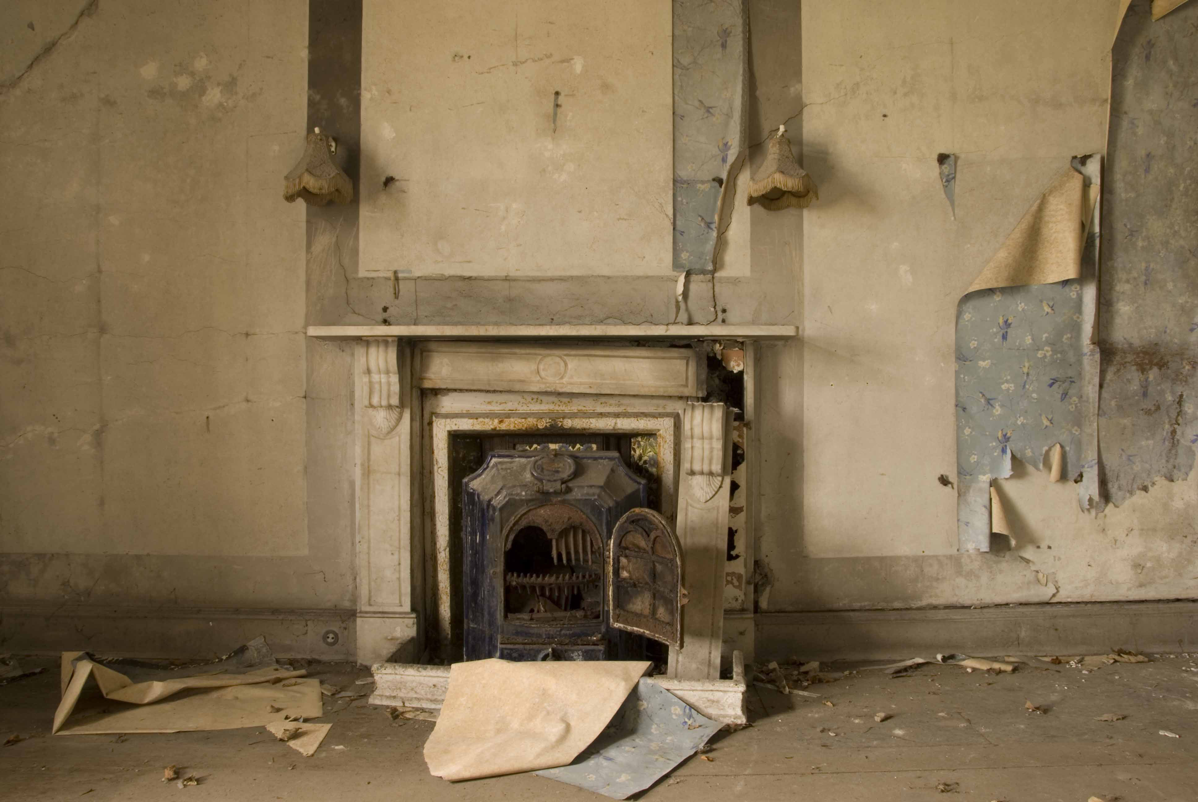 3_Cardigan-Castle_Purcell_RIBA2016_Wallpaper-and-Fireplace-before_-Purcell-2009